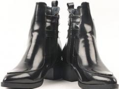 Women jet black boots of brand viz. cartlon london