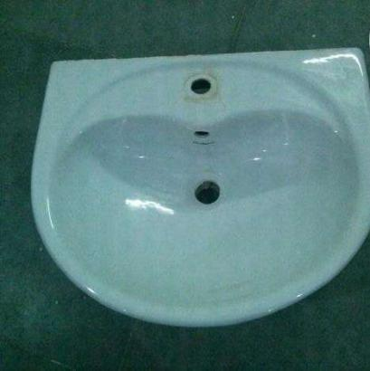 Selling Hindware wash basin (white)