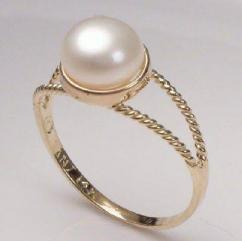 Ring with pearl and American diamond